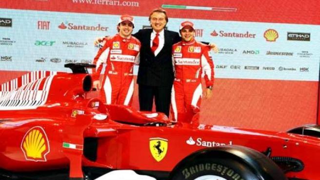 El presidente de Ferrari, Luca di Montezemolo, (c), y sus pilotos, Felipe Massa (d) y Fernando Alonso (i).