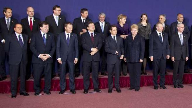 Los líderes europeos posan para la foto de familia al término de la primera jornada de la cumbre de jefes de Estado y de Gobierno de la UE que arranca en Bruselas.