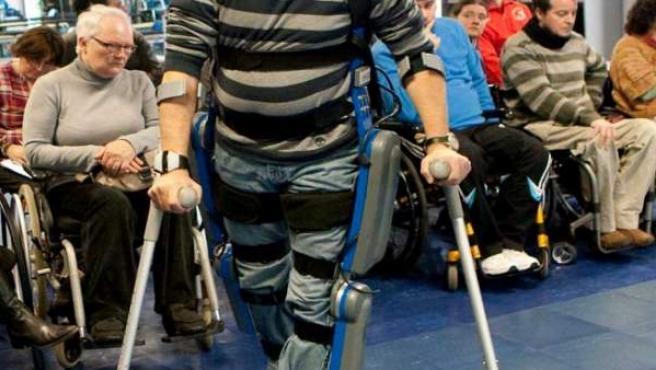 """""""Rewalk"""", un exoesqueleto que permite a los usuarios de sillas de ruedas levantarse, caminar y subir y bajar escaleras."""