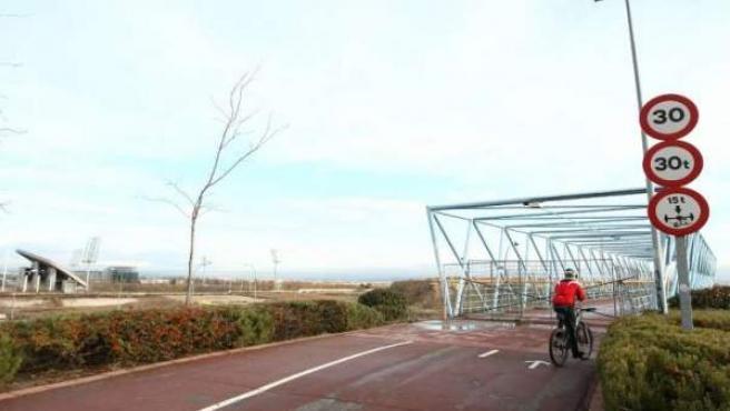 Una valla corta el paso a los ciclistas que circulan por el Anillo verde a la altura del estadio olímpico.