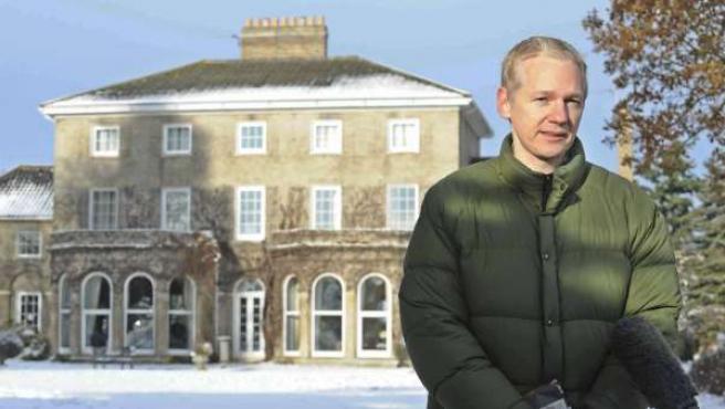 Julian Assange ofrece una rueda de prensa al aire libre frente a la mansión de Suffolk, sureste de Inglaterra.
