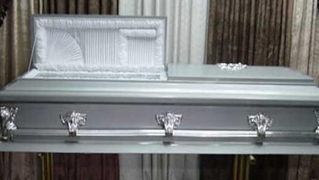 Un ataúd expuesto en una funeraria.