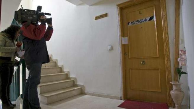 La puerta de entrada a la vivienda de Denia en cuyo interior un vecino de esta localidad mató con un arma de fuego a su hijo de 4 años.