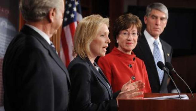 La senadora demócrata de Nueva York Kirsten Gillibrand (centro) habla durante una rueda de prensa tras el bloqueo al proyecto de ley 'Don't Ask Don't Tell' de parte del Senado.