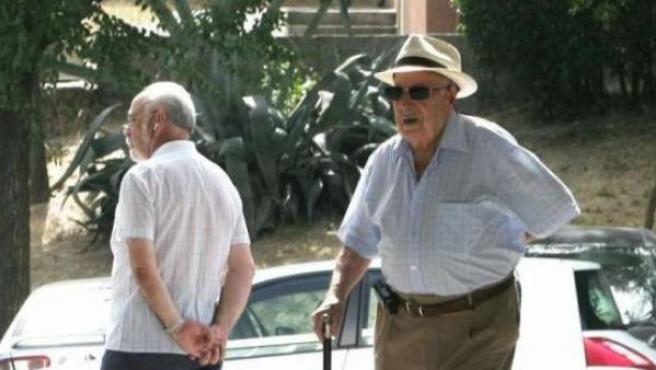 Un jubilado pasea en una imagen de archivo.