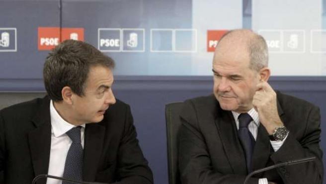 El lider socialista y presidente del Gobierno, José Luis Rodríguez Zapatero, conversa con Manuel Chaves antes de iniciarse la reunión que ha mantenido la ejecutiva federal del PSOE.
