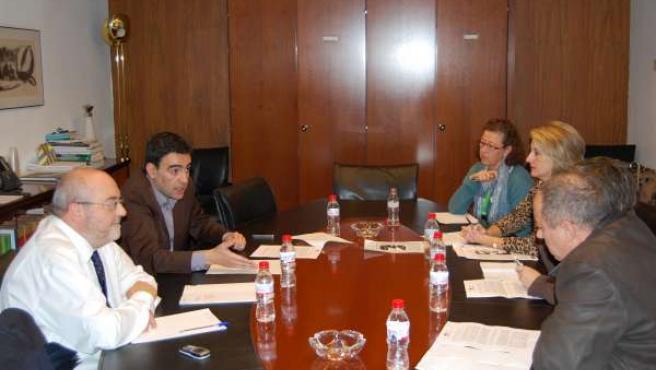 Reunión del portavoz del PSOE en el Parlamento, Mario Jiménez, con miembros del