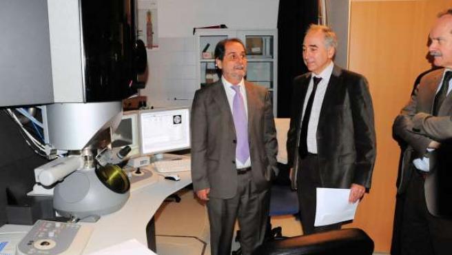Javier Velasco visita el Titán, en el Laboratorio de Microscopías Avanzadas