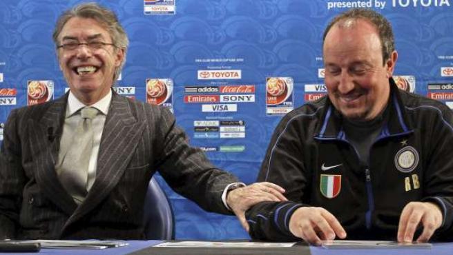 El presidente del Inter Milán, Massimo Moratti (i), y el entrenador del equipo, el español Rafa Benítez (d), ofrecen una rueda de prensa.