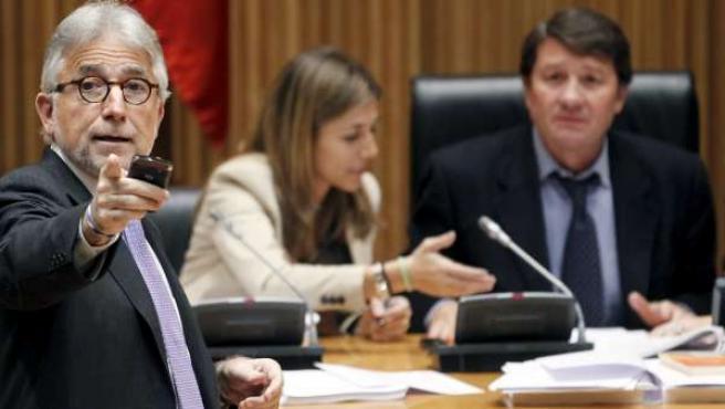 El portavoz de CiU en la Comisión de Economía, Josep Sánchez Llibre (izquierda) durante la Comisión de Economía del Congreso, en la votación de la ley Sinde.