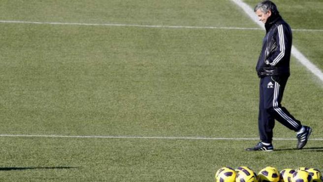 José Mourinho pasea pensativo por la Ciudad Deportiva del Real Madrid.