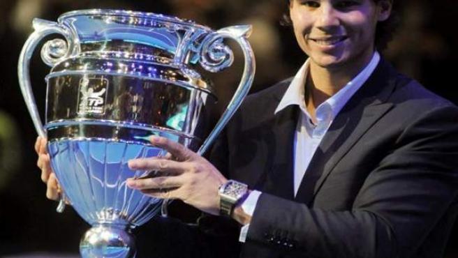 Rafa Nadal recibió en Londres el premio ATP, que galardona al número uno de la temporada 2010.
