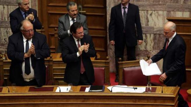 El presidente griego Papandréu, tras aprobar sus Presupuestos.