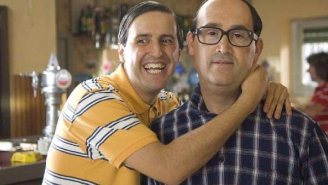 Los actores Julián López (izda) y Javier Cámara, en 'Que se mueran los feos'.