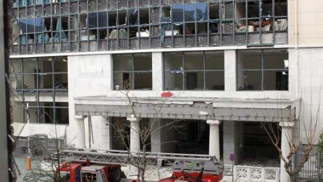 Miembros de bomberos y de la policía de investigaciones trabajan tras una explosión de gran intensidad que sacudió la sede de los tribunales de justicia de asuntos administrativos en Atenas (Grecia).