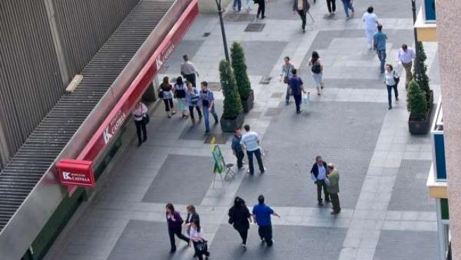 Transeúntes Paseando Por Las Calles De Valladolid