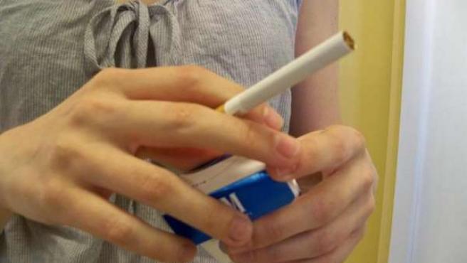Imagen de una mujer con un cigarro