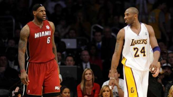 El jugador de Los Angeles Lakers Kobe Bryant conversa con LeBron James, de Miami Heat.