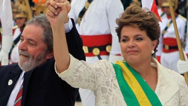La presidenta de Brasil, Dilma Rousseff junto a Lula da Silva (i), en el Palacio de Planalto, en Brasilia (Brasil).