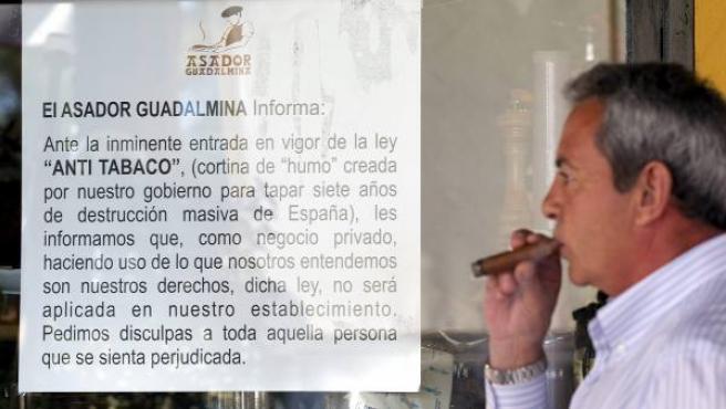El asador Guadalmina de Marbella (Málaga) ha colocado carteles en los que anuncia que no aplicará la nueva ley antitabaco.