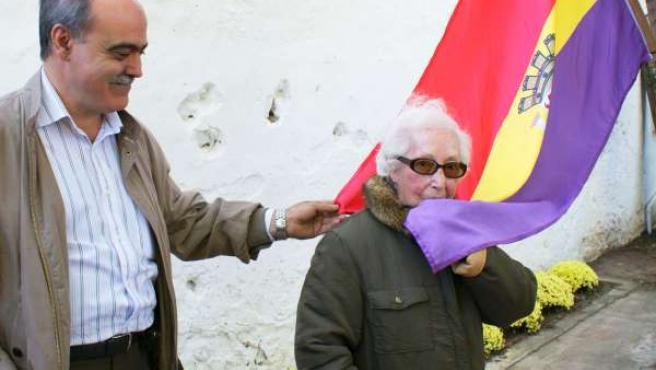 Angelita Cuesta besando la bandera republicana