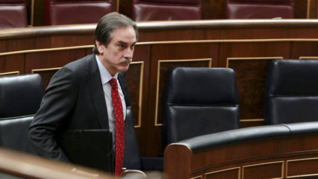 El ministro de Trabajo e Inmigración, Valeriano Gómez, al inicio de la sesión plenaria en el Congreso.