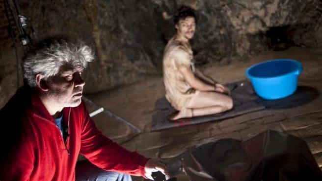 Pedro Almodóvar y el actor Jan Cornet en una de las escenas de 'La piel que habito'.