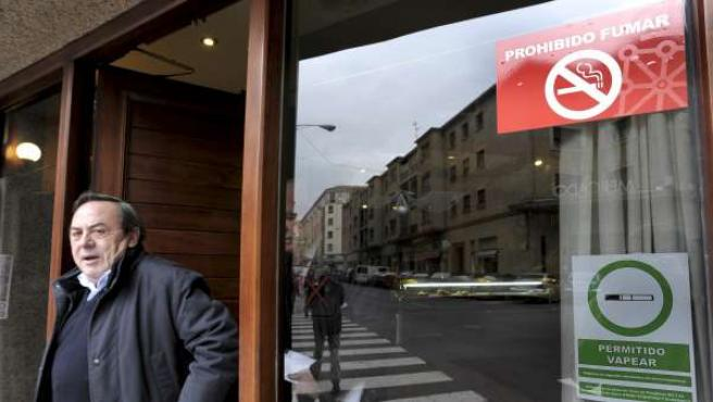 """Cartel a las puertas de un bar en Pamplona que informa a sus clientes de que está permitido """"vapear"""", en alusión a los cigarrillos electrónicos que emiten vapor de agua en lugar de humo."""
