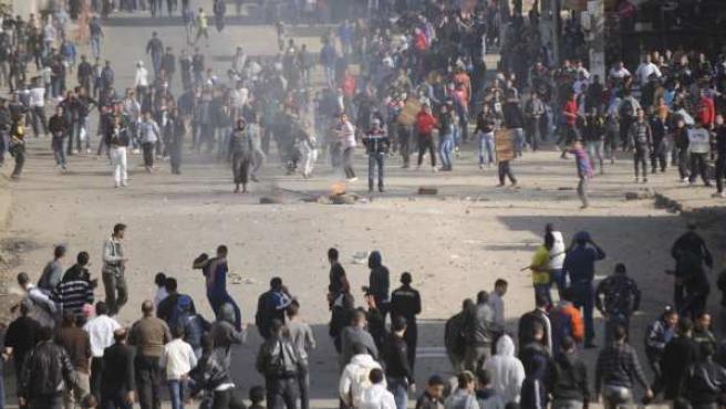 Protestas violentas en contra del aumento de precios en Argel.
