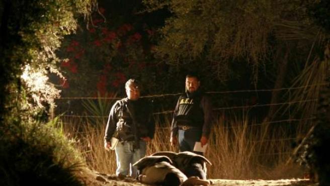 Investigadores de la Policía mexicana trabajan en una escena del crimen en donde dos hombres recibieron disparos por arma de fuego, cerca de Monterrey.