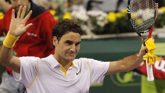 Roger Federer celebra su victoria en el torneo de Doha.
