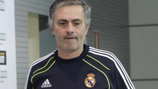 José Mourinho, entrenador del Real Madrid, entrando a la rueda de prensa.