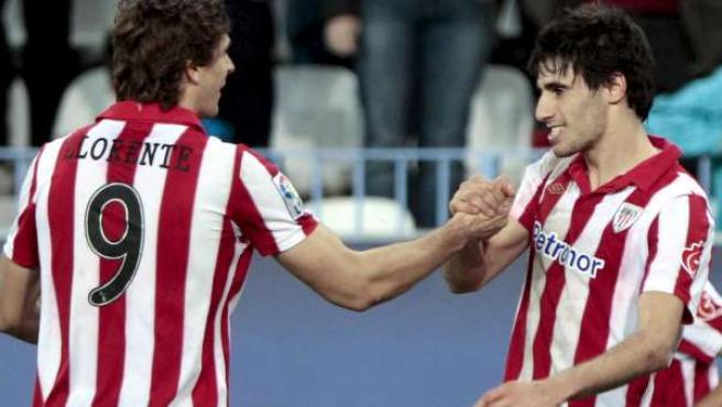 Fernando Llorente y Javi Martínez, jugadores del Athletic, celebran el gol del centrocampista ante el Málaga.