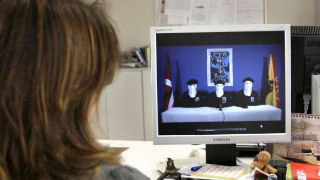 Una joven observa en la página digital del diario GARA el video difundido a través de este medio por la organización terrorista ETA.