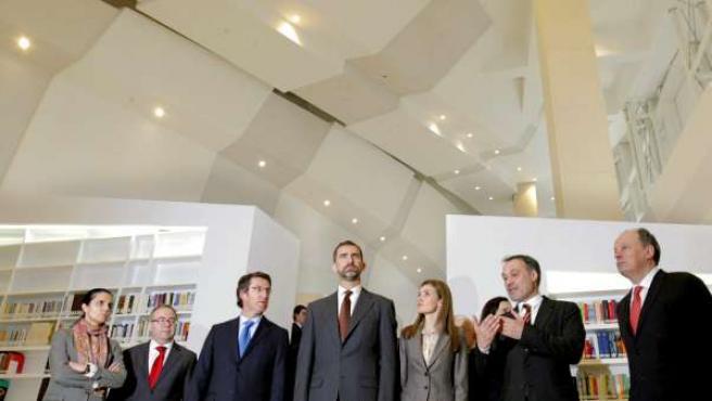 Los príncipes de Asturias durante la visita a la biblioteca de la Ciudad de la Cultura, uno de los edificios que inaguraron.
