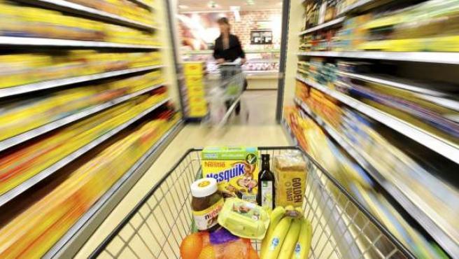 Un carrito de la compra en un pasillo de un supermercado en Muelheim Ruhr (Alemania)