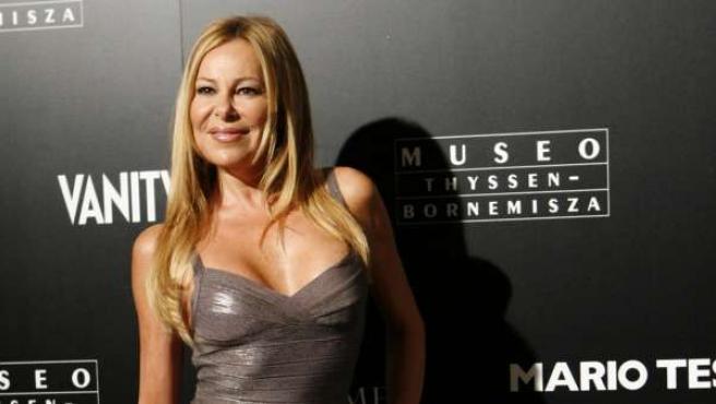 Ana Obregón, muy sexy con un ceñido vestido plateado.