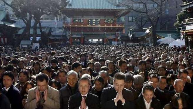 Numerosos empleados y ejecutivos japoneses rezan para poder superar la crisis económica.