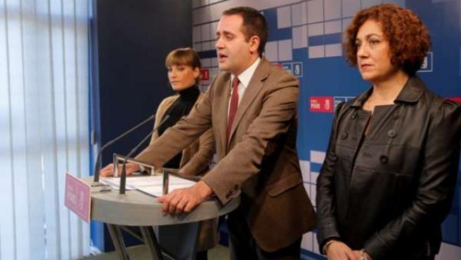Rueda de prensa de Alarte, flanqueado por Carmen Ninet y Clara Tirado