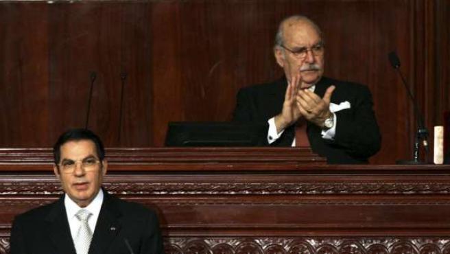 Fotografía de archivo durante una sesión en la Asamblea Nacional de Túnez en la que aparece el presidente interino, Fued Mebaza (dcha) y el ex mandatario huido Ben Alí (izda).