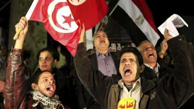 Egipcios se manifiestan frente a la embajadas de Túnez en El Cairo para mostrar su apoyo al pueblo tunecino.