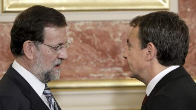 El presidente del Gobierno, José Luis Rodríguez Zapatero (derecha), charla con el líder del PP, Mariano Rajoy.