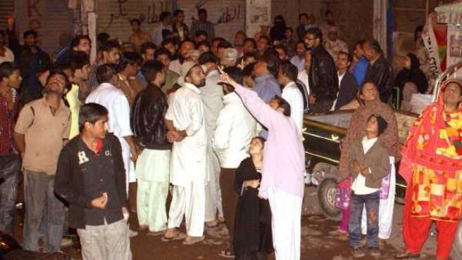 Ciudadanos salen de sus casas en Karachi (Pakistán), tras el terremoto.