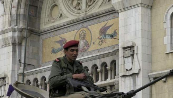 Un soldado tunecino vigila desde su tanque a una concentración en el centro de Túnez.