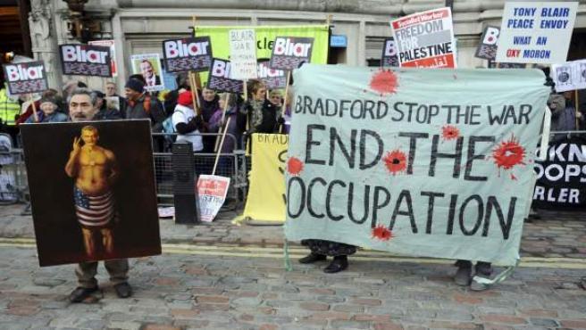 Manifestantes protestan en Londres mientras Tony Blair vuelve a dar explicaciones por la invasión de Irak.