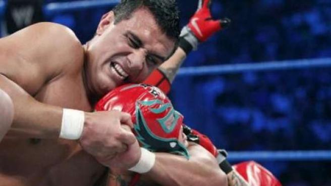 El luchador mexicano Alberto del Rio (i) en una lucha contra Rey Mysterio.