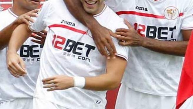 Renato, Negredo y Kanouté celebran un gol.