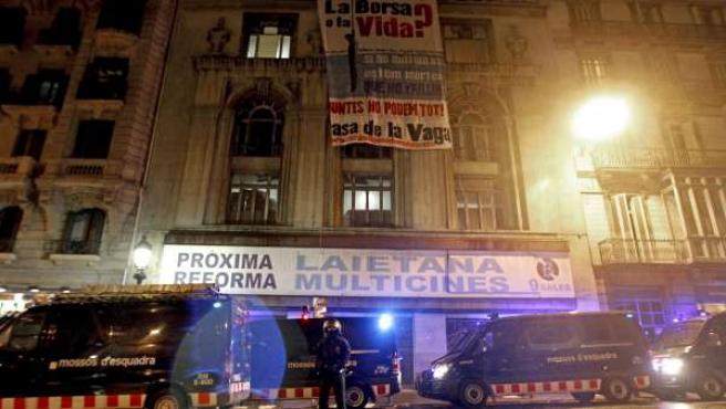 Los Mossos d'Escuadra custodian loas antiguos cines abandonados en la Via Laietana de Barcelona que han sido 'okupados'.