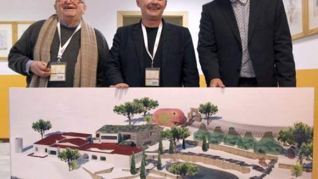 Ferrán Adrià (centro), muestra como será El Bulli Foundation, junto con el restaurador José María Arzak (izqda.) y el arquitecto Enric Ruiz Geli (dcha.)