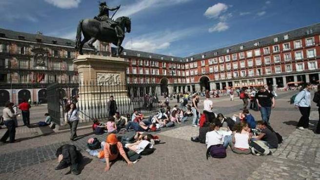 Un grupo jóvenes en la Plaza Mayor.